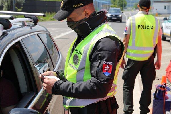 Policajti sa viac zamerajú na dodržiavanie protiepidemických opatrení v prevádzkach a na podujatiach.