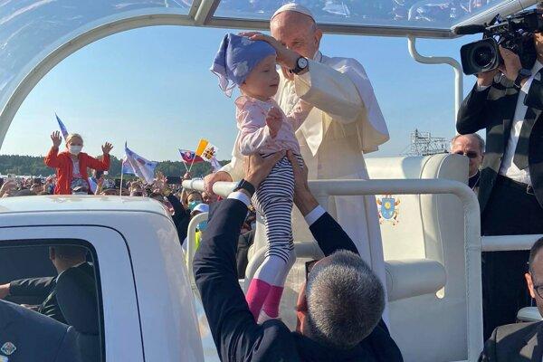Pápež s malou Adelkou.