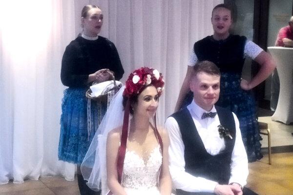 Lukáš Pecek s manželkou Luciou ctia tradície, na svadbe nemohlo chýbať ani polnočné odčepčovanie.