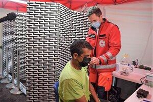 Záujemcov o očkovanie z ulice v Humennom neodradil ani dážď.