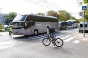 Viacero autobusov zablokovalo cestu pred Úradom vlády.
