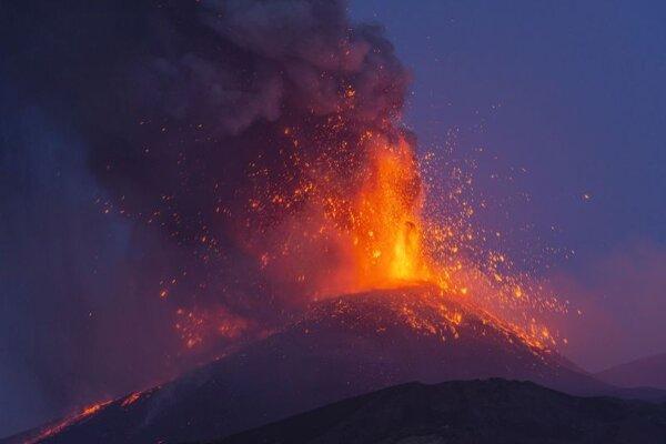 Erupcia Etny, najväčšej aktívnej sopky v Európe z mesta Linguaglossa na juhotalianskom ostrove Sicília v pondelok 9. mája 2021.