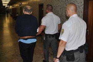 Vladimír na súde, na časť dokazovaní ho vodila eskorta z väzby.