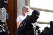 Eskorta odvádza policajného exprezidenta Tibora Gašpara.