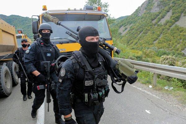 Kosovskí policajti vymieňajú svojich kolegov neďaleko hraničného priechodu Jarinje.