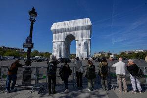 """Víťazný oblúk zahalený do striebristo-modrej trblietavej látky a previazaný červeným lanom v rámci projektu s názvom """"L'Arc de Triomphe, Wrapped""""."""