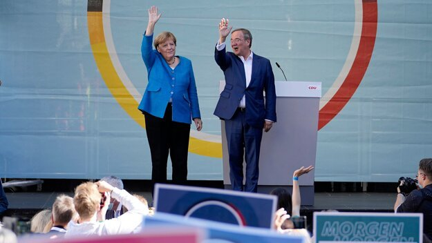 Končiaca kancelárka Angela Merkelová a kandidát kresťanských demokratov Armin Laschet sa deň pred nemeckými parlamentnými voľbami stretli s voličmi v Aachene.