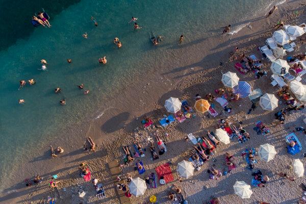 Na snímke z 13. augusta sa ľudia kúpu v mori v Dubrovniku.
