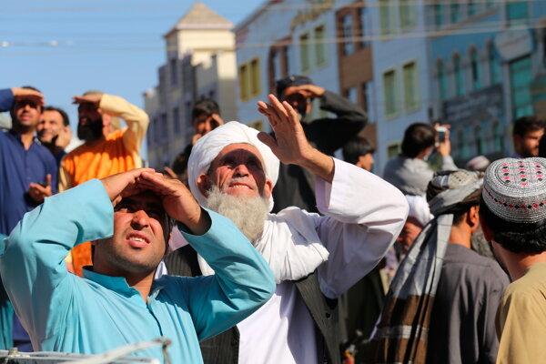 Afganci sa na námestí v Heráte pozerajú na zavesené telo.