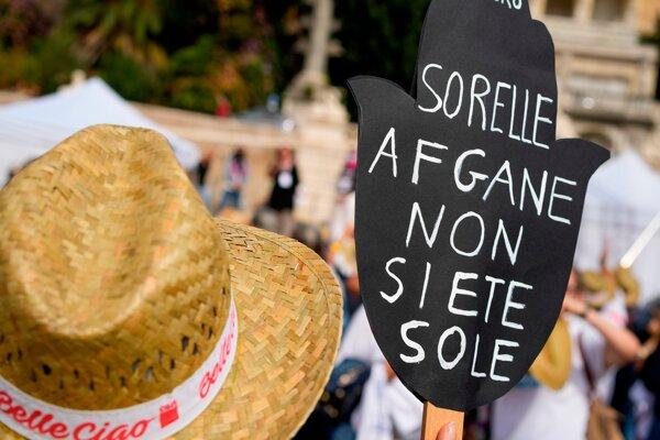 """Žena s transparentom """"Afganské sestry, nie ste samy"""" počas demonštrácie v Ríme."""