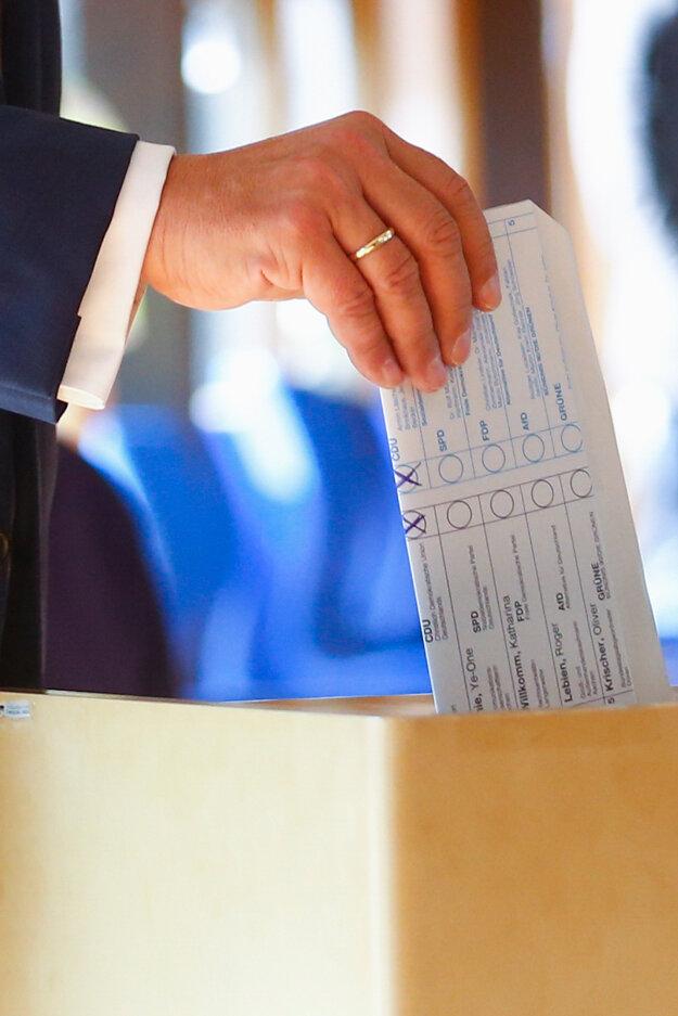 Kandidát na kancelára za úniu CDU/CSU Armin Laschet nevolil správne: volebný lístok zložil tak, že bolo vidieť, koho volil.