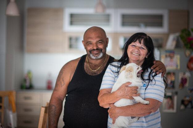 Silvia a Ondrej Sarköziovci sa tešia z bytu v Slnečniciach v Bratislave. Môžu si ho dovoliť vďaka spolupráci majiteľov bytu so združením Proti prúdu.