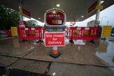 Podľahli panike. Kríza s pohonnými látkami v Británii naberá na sile