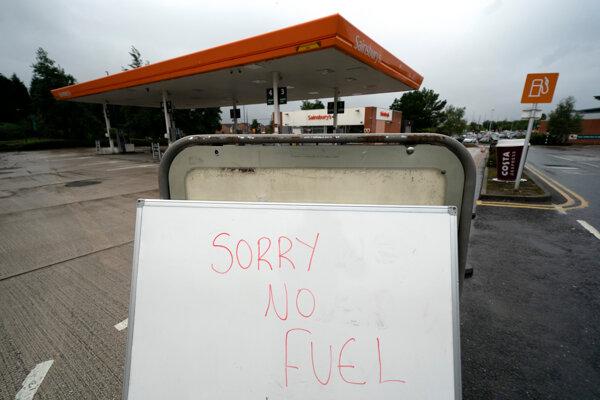 Pumpa v Británii sa ospravedlňuje kvôli nedostatku paliva.