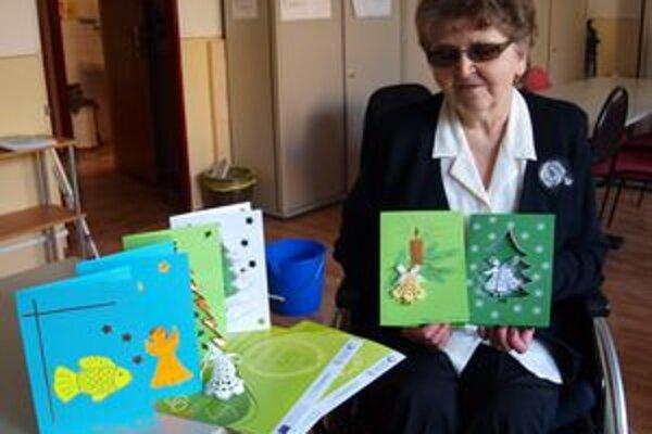 Eva Vilímová za pohľadnice, ktoré drží v rukách, získala striebro.