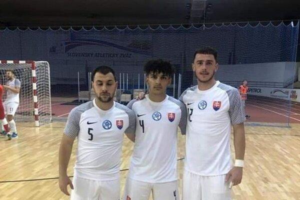 Trojica reprezentantov SR zMŠK Mayerson Nové Zámky zľava Richard Marík, Marcel Marík aPatrik Molda.