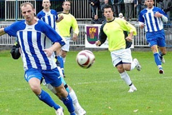 Momentka je z duelu 9. kola tretej ligy Gabčíkovo - Čierny Brod (4:0). Zľava Kutruc, Bobor, Kriss, Hamar a Lukovics.