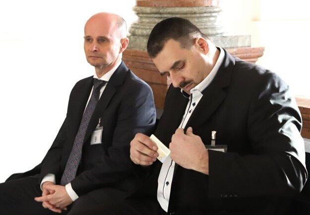 Branislav Paška (vpravo) s obhajcom Sergejom Romžom na Špecializovanom trestnom súde.