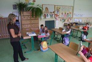 Málotriedna škola v Slepčanoch. Prváci sa na snímke učia s druhákmi.