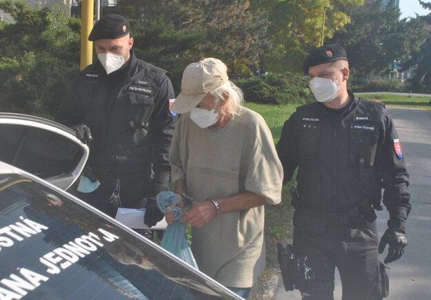 Policajti odvádzajú Tibora do väzby.