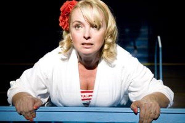 Hrdinku balansujúcu v živote i nad bazénom excelentne zahrala Eva Pavlíková.