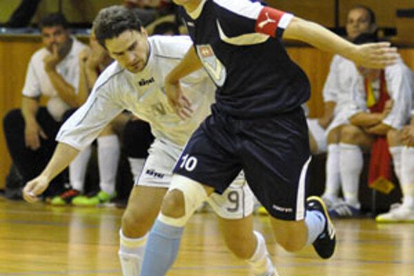 V modrom hráč Nitry Peter Peciar.