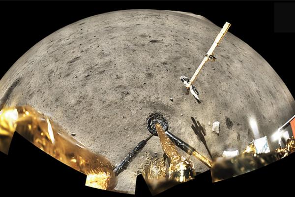 Záber z landeru Čchang-e 5 na Mesiaci.