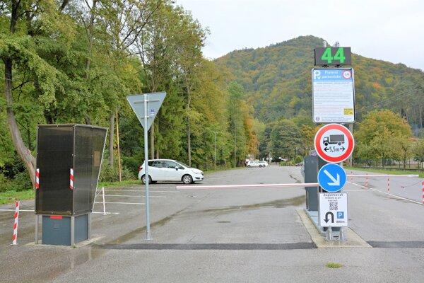 Platené parkovisko vBlatnici pred vstupom do Gaderskej doliny.