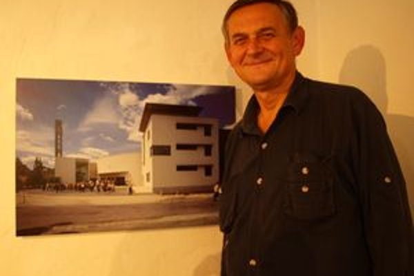 Fotograf a stavbár Ľubo Stacho pri fotografii evanjelického kostola Svätého Ducha v Nitre.