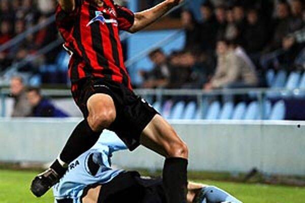 Róbert Rák dostal červenú kartu po tomto zákroku. Aj televízne zábery ukázali, že zasiahol loptu a nie nohy J. Čarnotu.