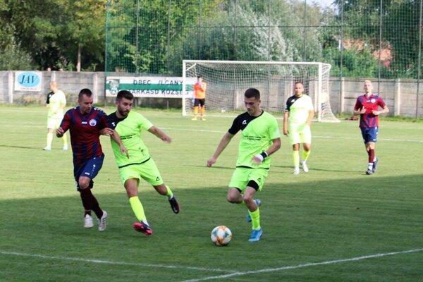 Vlčany (v zelených dresoch) vyhrali aj jedenásty zápas. Snímka je z predošlého šlágra s Večou.