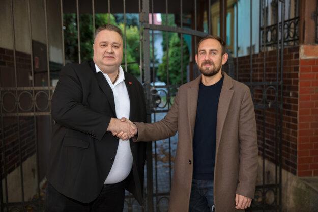 Úsmevu ako dar podala pomocnú ruku mestská časť. Radoslav Dráb a šéf sociálnej komisie Pavol Priester.