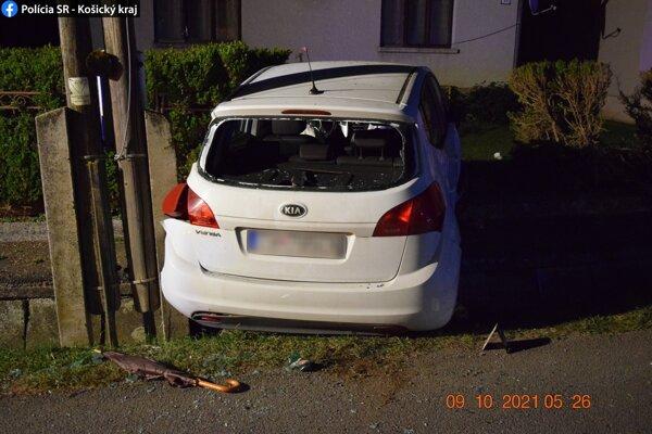 Auto prerazilo murovaný plot.