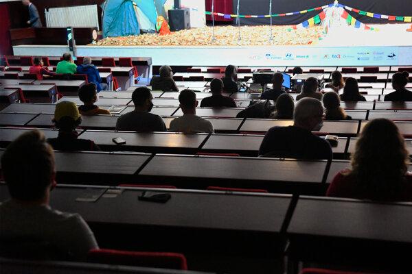 Diváci vo Veľkej zasadačke MSÚ Poprad na Medzinárodnom festivale horských filmov v Poprade.