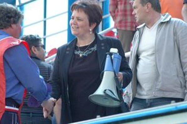 Primátorka Zlatých Moraviec Serafína Ostrihoňová dohnala jedného z poslancov k návrhu, aby sa celý poslanecký zbor vzdal funkcií.