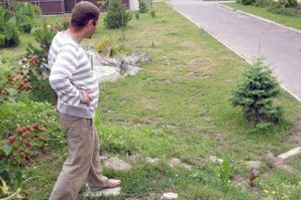 Chodník z Vinohradov na polikliniku ľudia využívajú neoficiálne. Na prechod potrebujú otvorenú školskú bránu.