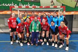 Spokojné Šalianky sa po zápase zvečnili so Stupavčanom Petrom Gábrišom, ktorý je veľkým športovým fanúšikom a zberateľom autogramov.