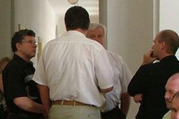 Pojednávanie bolo pôvodne verejné, zmenilo sa to až tento rok v januári. Muž vľavo je bývalý policajný šéf Dušan M., muž opretý o stenu (vpravo) je bývalý príslušník SIS.