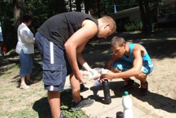 Pokus s vodou v tmavej a bielej fľaši. Takto nejako sa začínajú deti učiť, ako majú postaviť solárny kolektor.