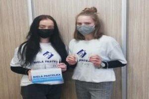 Dobrovoľníčky zo Zdravotníckej školy v Prešove za zapojili do zbierky Biela pastelka.