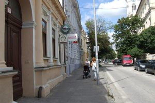 Otec našiel dcéru pred kaviarňou na Farskej ulici. Sedela na schodoch.
