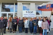 Pred Okresným súdom vTopoľčanoch protestovali uplynulú stredu sudcovia aj zamestnanci súdu.