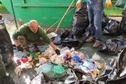 Ľudia do komunálneho odpadu vyhodili aj to, čo by mali separovať.