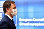 Slovenský premiér Eduard Heger po príchode do Bruselu na summit EÚ.