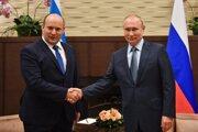 uský prezident Vladimir Putin (vpravo) si podáva ruku s izraelským premiérom Naftalim Bennettom pred ich stretnutím v čiernomorskom letovisku v Soči.