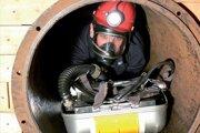 Celkovo si záchranár do zásahu nesie 30-40 kilogramov záťaže.