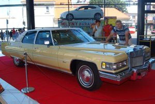 Raymond Kaňa pri Elvisovom žltom Cadillacu.