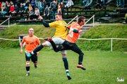 Snímka je z nedávneho duelu Jelenec - Hosťová. Dnes naplno bodovali obidva tímy.