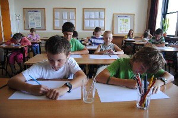 Školáci kreslia budovy vo svojej obci.