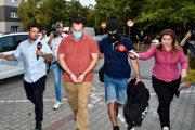 Pavol Ďurka prichádza v sprievode polície na Okresný súd.